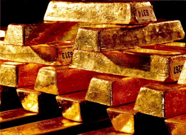 Золото дешевеет на