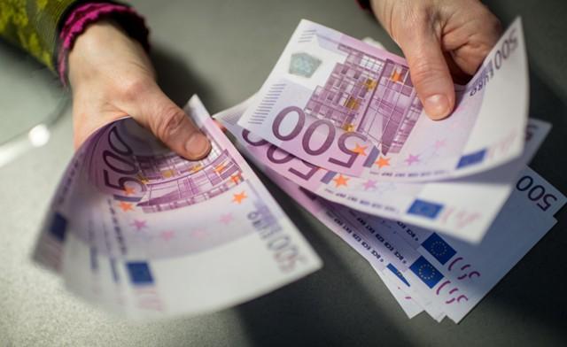 Курс евро упал ниже 68
