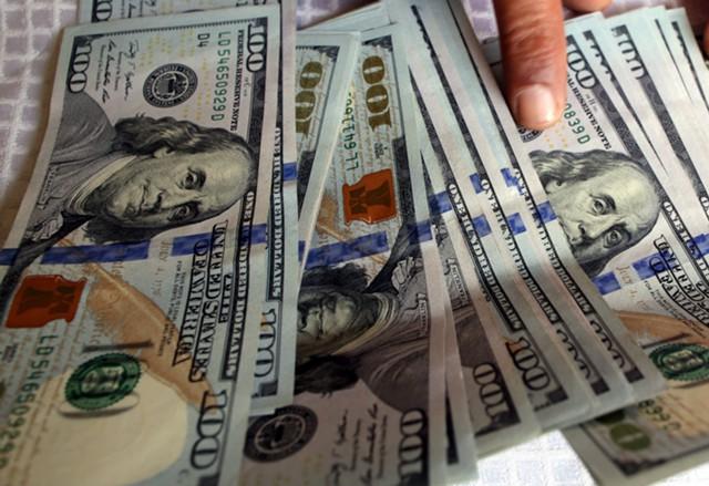 Доллар держится на
