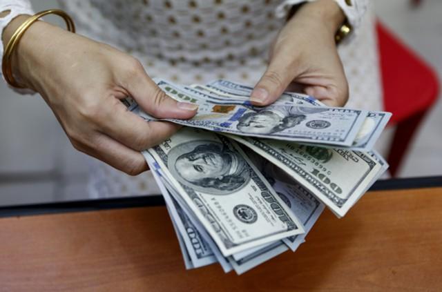 Доллар растет на